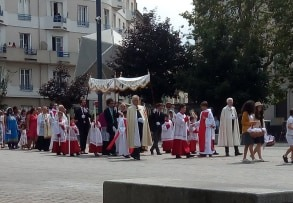 Une messe traditionnelle sur la place Jacquard à Saint Etienne? Quelqu'un a-t-il des explications?